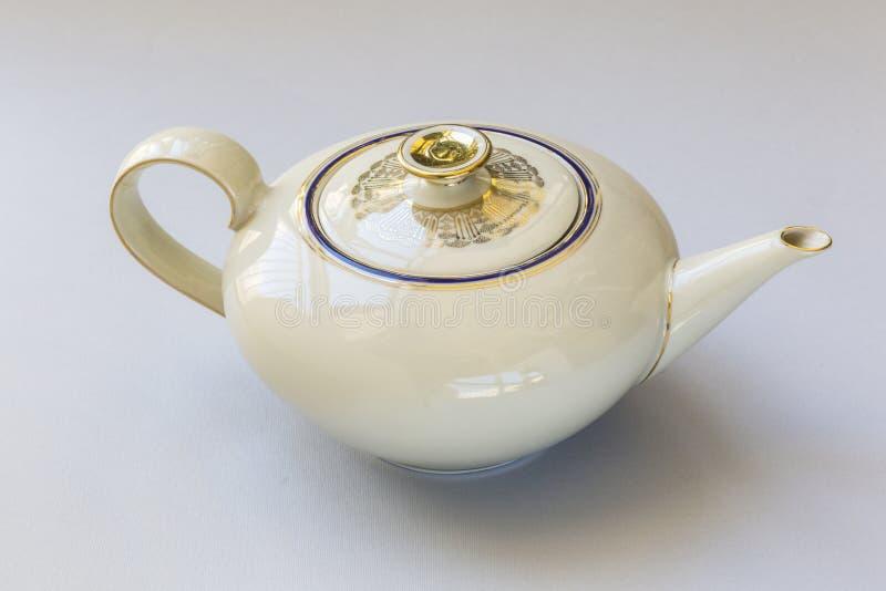 Bule da porcelana do vintage com a decoração pura do ouro ilustração stock