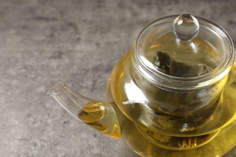 Bule de vidro com oolong na tabela cinzenta, close up foto de stock royalty free