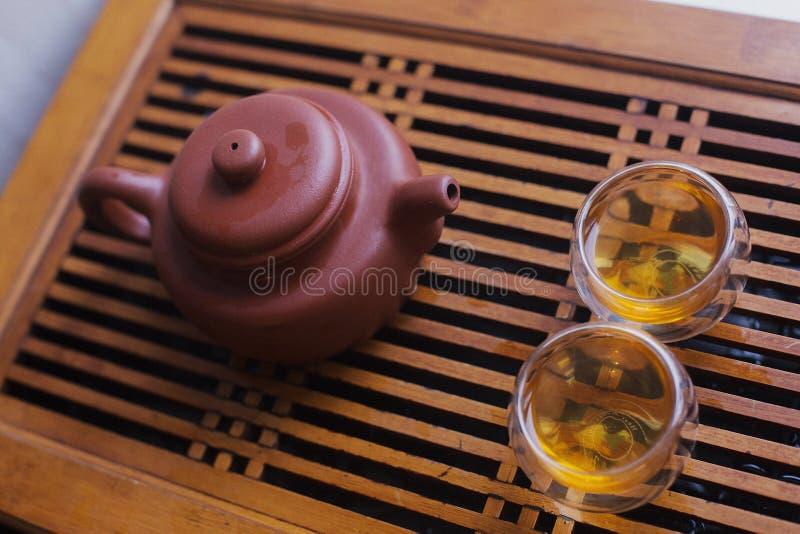 Bule do produto de cerâmica com dois copos fotos de stock