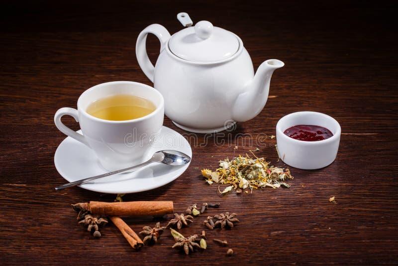 Bule e um copo do chá fotos de stock royalty free