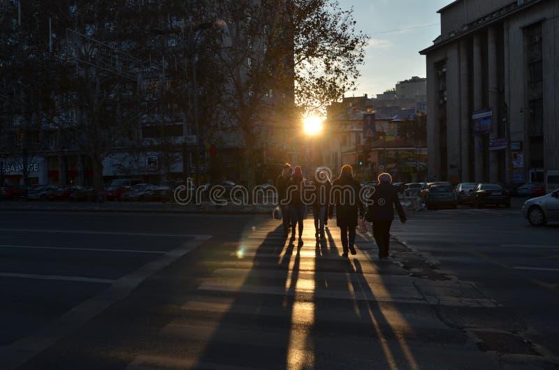 Bulevar de Bucareste Magheru no por do sol imagens de stock royalty free