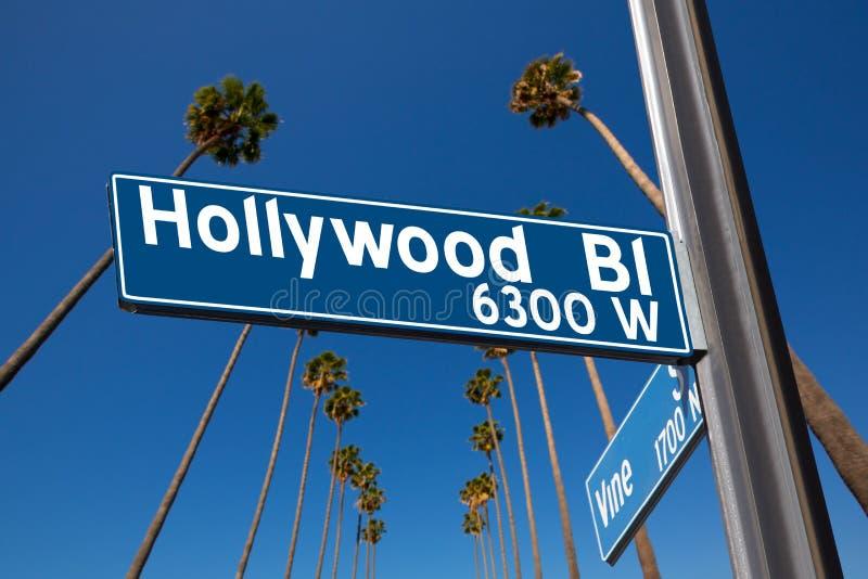 Bulevar de Hollywood com ilustração do sinal em palmeiras imagem de stock