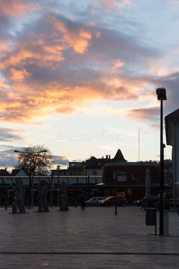 bulevar del otoño de la puesta del sol en noviembre foto de archivo