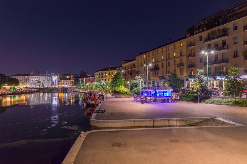 Bulevar do canal grandioso de Naviglio em Milão na noite fotos de stock