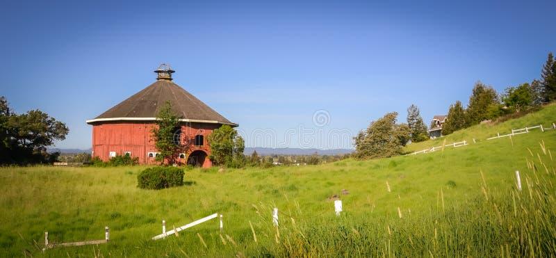 Bulevar redondo del granero en Santa Rosa CA fotografía de archivo