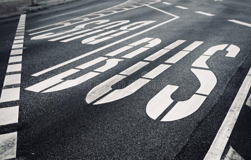 Bulevard de ville avec la désignation de circulation images stock