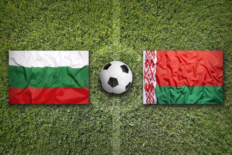 Bulgária contra Bandeiras de Bielorrússia no campo de futebol foto de stock