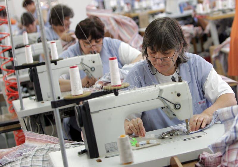 Bulgária costura a fábrica da roupa fotografia de stock royalty free