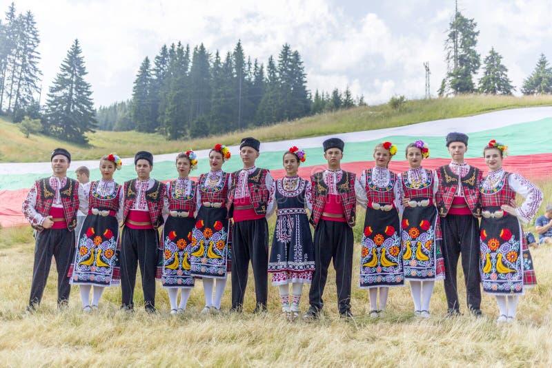 Bulgaarse dansers in folklorekostuums stock foto