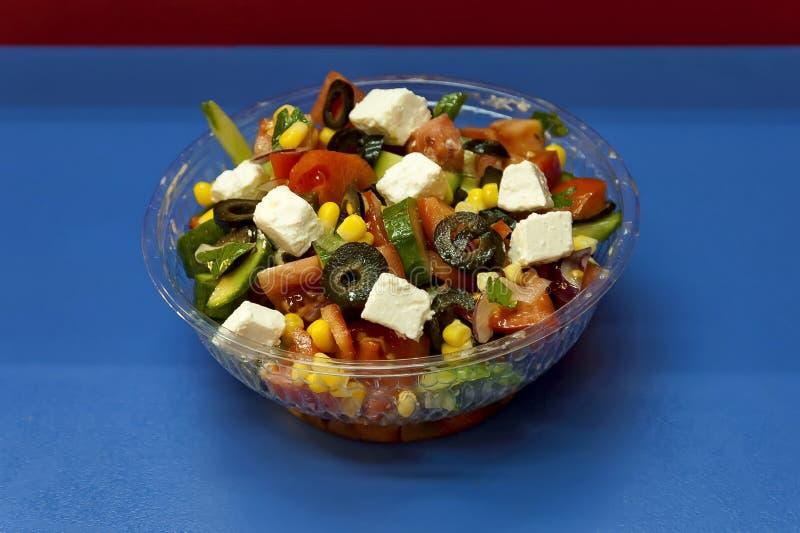 Bulgaarse gemengde plantaardige sla met gesneden ? witte kaas bovenaan, ook Shopska salad genoemd stock afbeelding