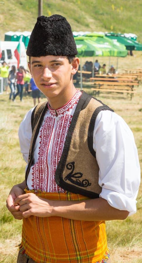 Bulgaarse jongen in nationaal kostuum op folklorefestival royalty-vrije stock afbeeldingen