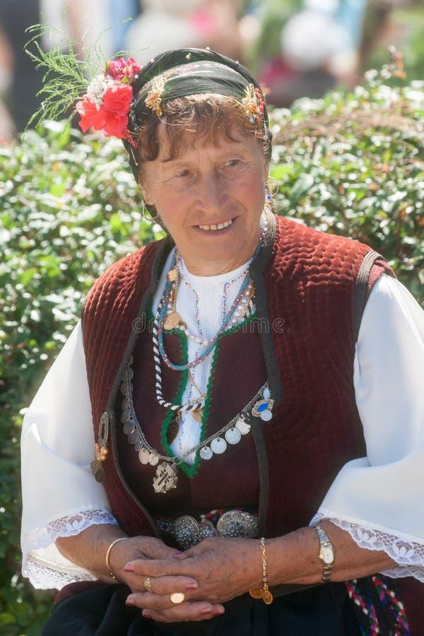 Bulgaarse vrouw op nationale juwelen stock foto's