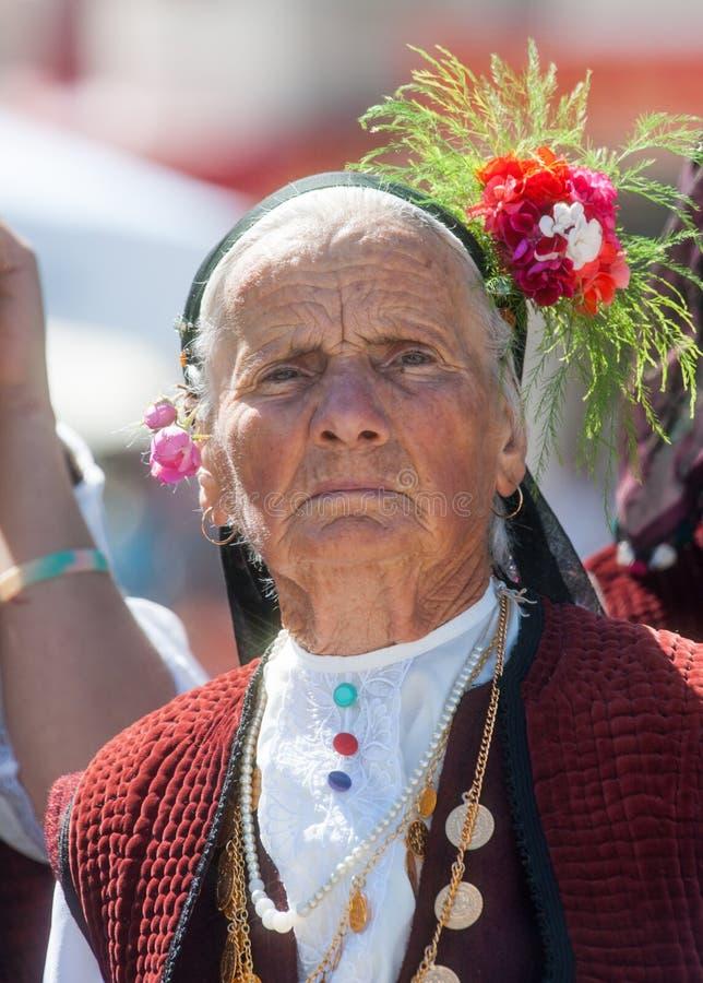 Bulgaarse vrouw op nationale juwelen in vakantie royalty-vrije stock afbeelding