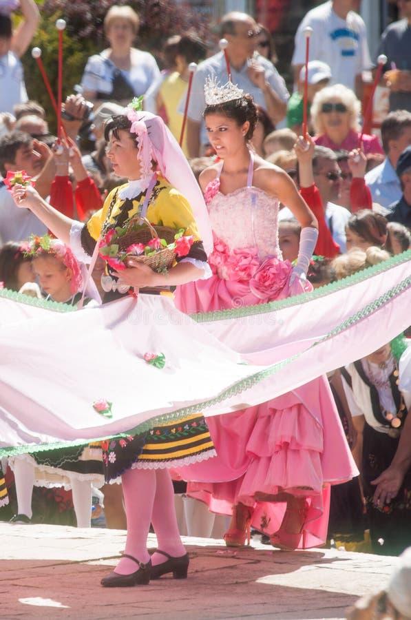 Bulgar Rose Queen Festival i Karlovo lökformig arkivfoto
