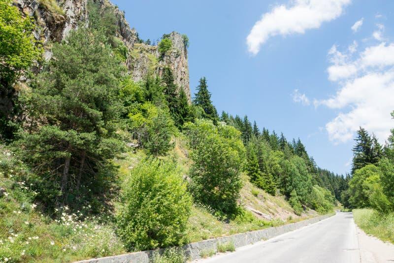 bulgarije De weg in Rhodopes stock afbeelding