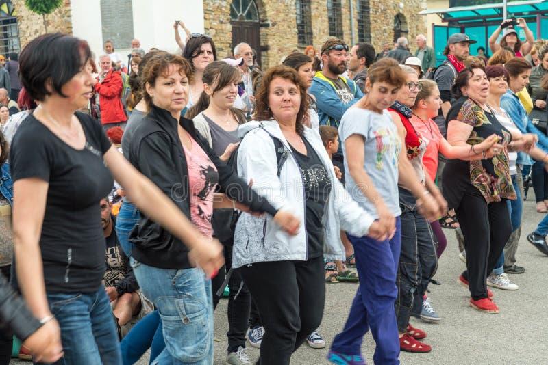 Bulgarije, dorp van Bulgaren Het dansen op Nestenar-spelen stock foto