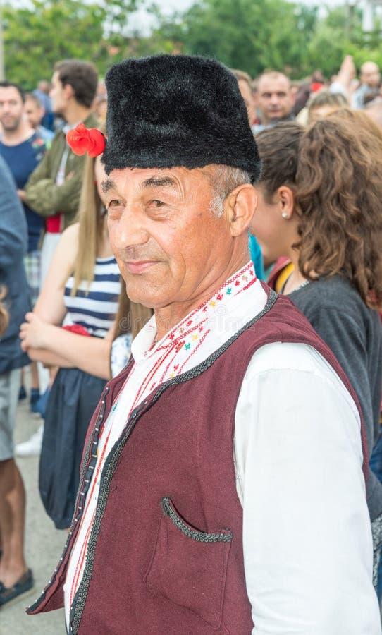 bulgarije Een bejaarde deelnemer in een overleg in een feestelijk nationaal kostuum bij de Nestenar-Spelen in het dorp van Bulgar royalty-vrije stock afbeeldingen