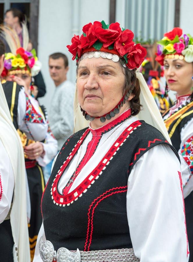 bulgarije Een bejaarde deelnemer van het overleg in een feestelijk nationaal kostuum bij de Nestenar-Spelen in het dorp van Bulga royalty-vrije stock fotografie