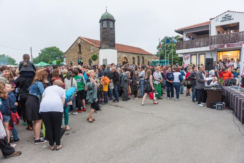 bulgarije Toeschouwers van een amateuroverleg op Nestenar-spelen in het dorp van Bulgaren stock afbeelding