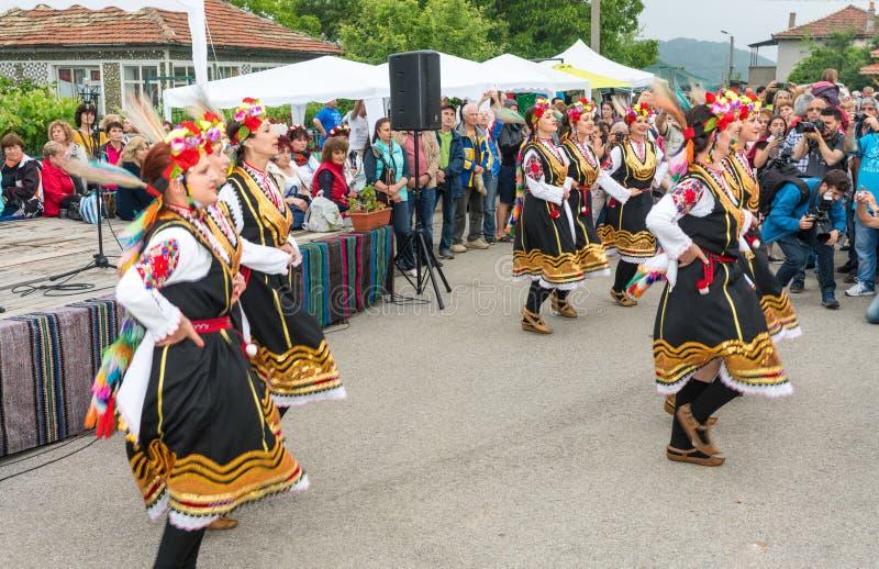 bulgarije Vrouwelijke volksdans op Nestenar-spelen in het dorp van Bulgaren royalty-vrije stock foto's