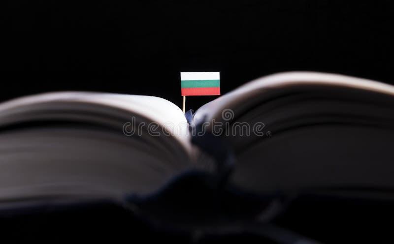 Download Bulgarische Flagge Mitten In Dem Buch Stockbild - Bild von lernen, hintergrund: 96935877