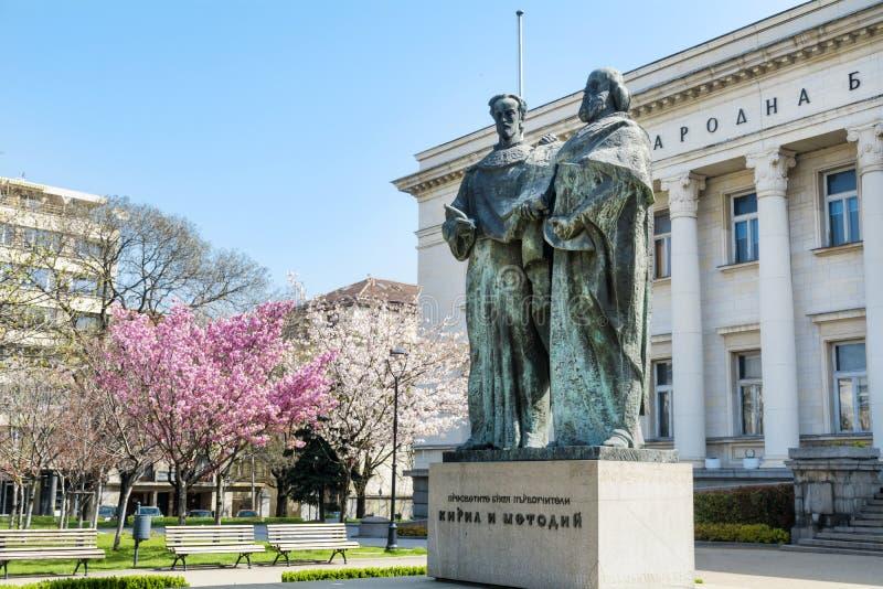 Bulgarische Nationalbibliothek und momument von Cyril und von Methoduis lizenzfreie stockbilder