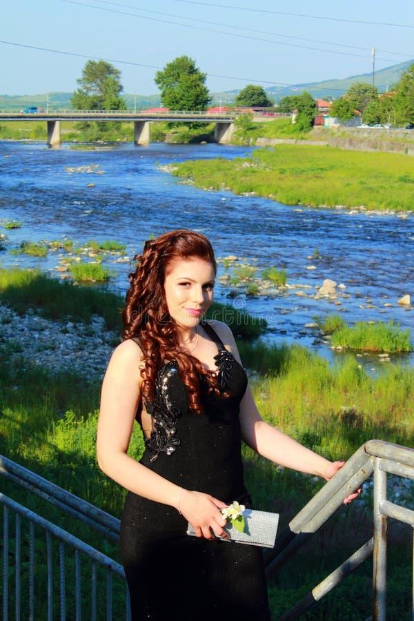 Bulgarisches Kleinstadtfluss-Abschlussballmädchen stockfoto