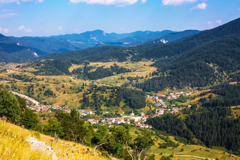 Bulgarisk by för Aeralsikt i Rhodope caucasus clouds ushba för sky för liggandebergberg shurovky royaltyfri fotografi