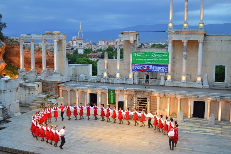 Bulgarisk folkloregrupp, Plovdiv amfiteater royaltyfri foto