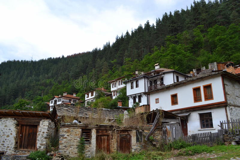 Bulgarisk gammal bergby royaltyfria foton
