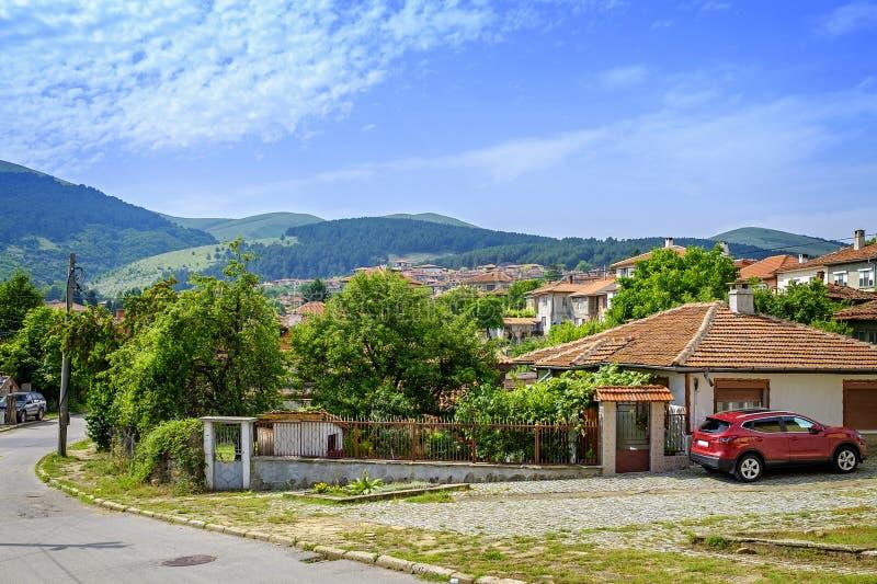 Bulgarisk by i berglandskap arkivfoto