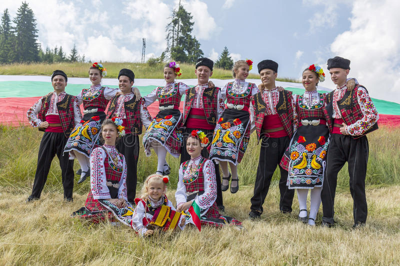 Bulgariska dansare i folkloredräkter royaltyfria bilder