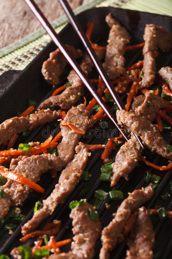 Bulgogi牛肉用红萝卜和葱在格栅宏指令 垂直 库存照片