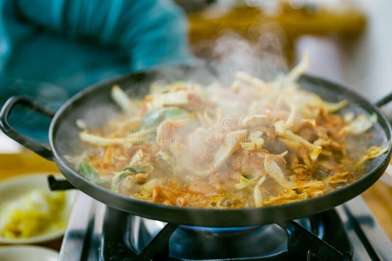 Bulgogi é um prato coreano que consista geralmente na carne posta de conserva grelhada fotos de stock royalty free