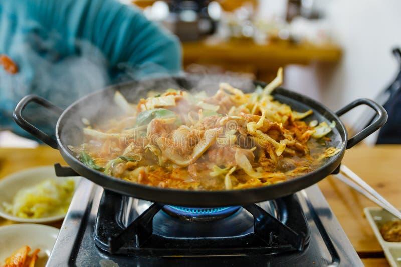 Bulgogi é um prato coreano que consista geralmente na carne posta de conserva grelhada imagens de stock