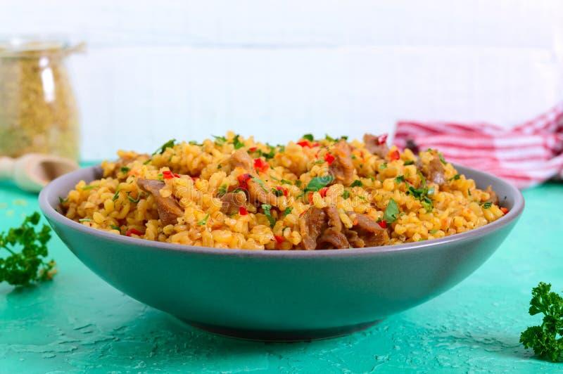 Bulgur con el pollo y las verduras Ensalada caliente sana deliciosa en un fondo brillante fotografía de archivo libre de regalías