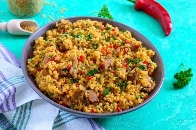 Bulgur con el pollo y las verduras Ensalada caliente sana deliciosa en un fondo brillante Pilaf de Bulgur fotos de archivo libres de regalías