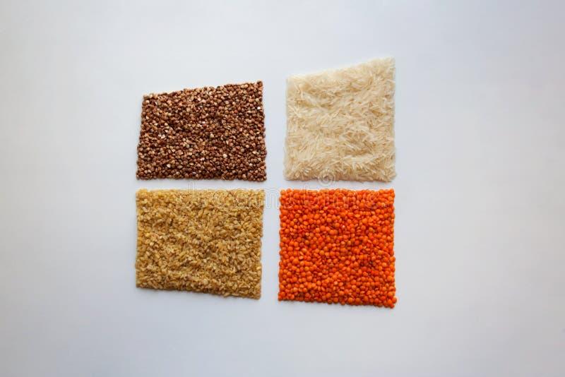 Bulgur cru, sarrasin, riz basmati et lentilles rouges sur le fond blanc images libres de droits