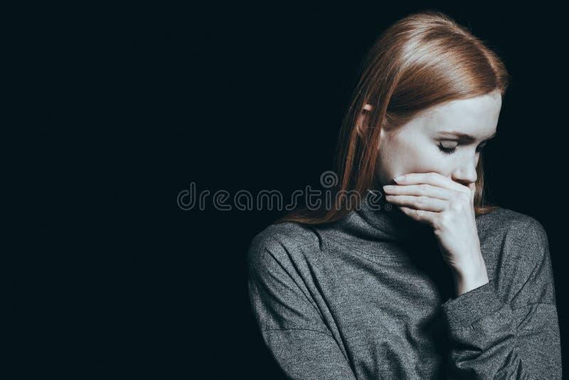 Bulimic kvinna som täcker hennes mun royaltyfri bild