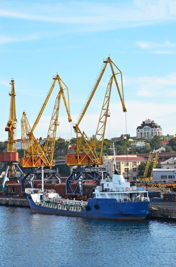 Download Bulk Cargo Ship Under Port Crane Royalty Free Stock Images - Image: 27043489