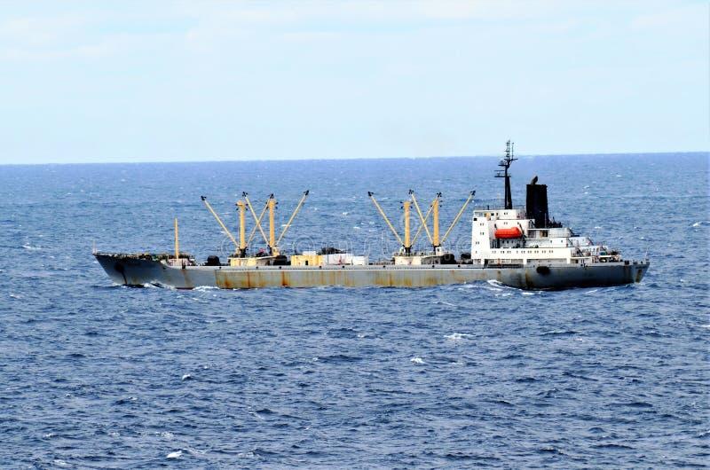 Bulkcarrierschip die door kalme Vreedzame Oceaan varen royalty-vrije stock afbeelding