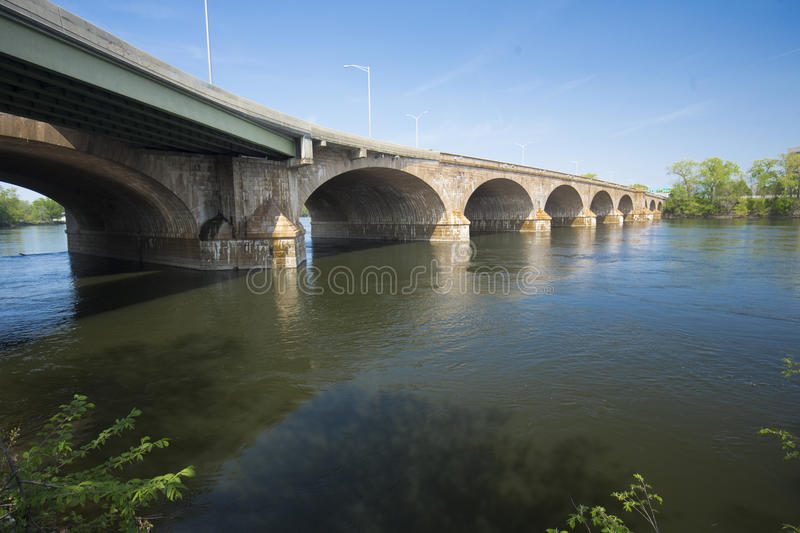 Bulkeley-Brücke kurvt über den Connecticut River in Hartford stockbild