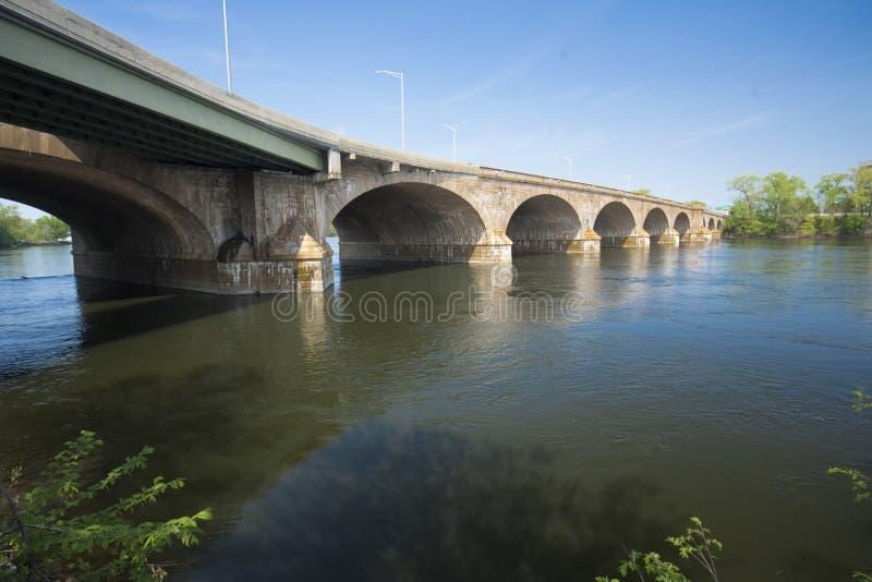 Bulkeley-Brücke kurvt über den Connecticut River in Hartford stockbild