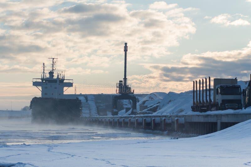 Bulker-Schiff in einem Hafen, ladendes Holz stockfoto