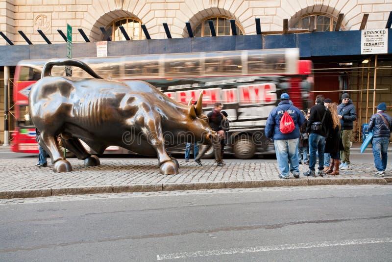 Bull cobrando em New York fotografia de stock royalty free