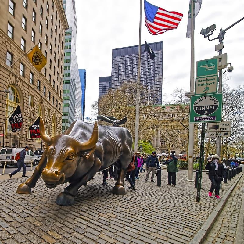 Bull de carga en Wall Street en el distrito financiero Nueva York foto de archivo
