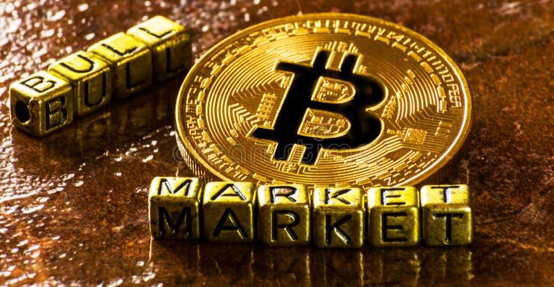 Bull market dell'iscrizione con valuta cripto Bitcoin dorato, BTC fotografia stock