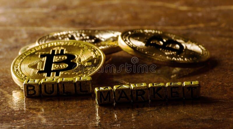 Bull market dell'iscrizione con valuta cripto Bitcoin dorato, BTC immagine stock libera da diritti
