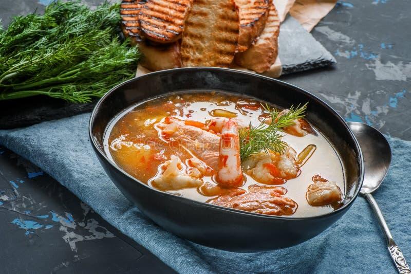 Bullabesas francesas de la sopa de los pescados con los mariscos, prendedero de color salmón, camarón, sabor rico, cena deliciosa imagenes de archivo
