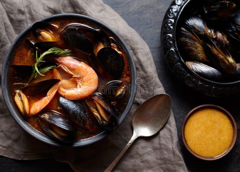 Bullabesas francesas picantes con los mariscos, gambas, mejillones de la sopa Salsa Rouille Tradicional en Francia Estilo rústico foto de archivo